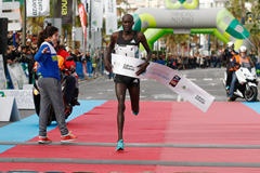 Peter Kirui wins the Santa Pola International Half Marathon (Diario Información)