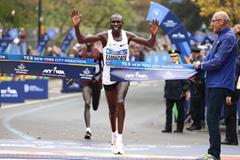 Geoffrey Kamworor holds off Wilson Kipsang to win the 2017 New York Marathon (Gett Images)