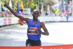 Eliud Kiptanui wins the Ottawa Marathon (Bruce Wodder (Photorun) / organisers)