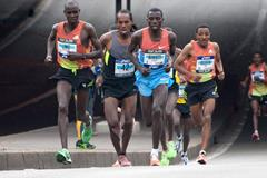 Sisay Jisa (c) at the 2012 Paris Marathon (Getty Images)