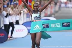 Joyciline Jepkosgei wins the Karlovy Vary Half Marathon (Giancarlo Colombo / organisers)
