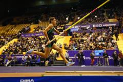 Armand Duplantis en route to his 5.88m world U20 record in Clermont-Ferrand (Jean-Pierre Durand)