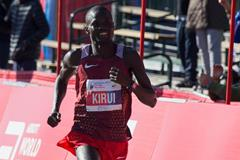 Abel Kirui en route to victory at the 2016 Chicago Marathon (Getty Images)