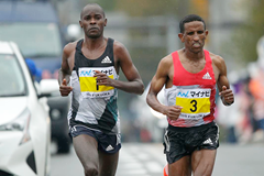 Patrick Makau (l) and Yemane Tsegay (r) at the Fukuoka Marathon. Tsegay won the race with Makau second. (Kabuki Matsunaga/Agence SHOT)