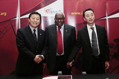 Guiyang delegation (Vice-Mayor Gao Weidong and Chinese Athletics Association General Secretary Du Zhaocai) - 2015 IAAF World Cross Country Championships hosts - with President Diack in Barcelona (IAAF)