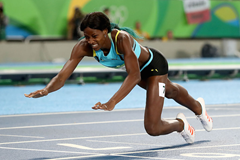 Shaunae Miller crosses the line to take Olympic gold in Rio ()