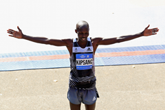 Wilson Kipsang celebrates after winning the 2014 NYC Marathon (Getty Images)