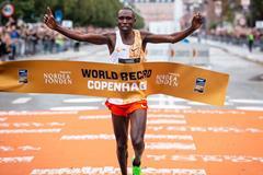 Geoffrey Kamworor breaks the world record at the Copenhagen Half Marathon (NN Running Team)