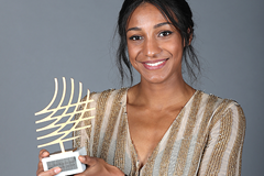 Nafissatou Thiam with the IAAF Rising Star of the Year award (Giancarlo Colombo / IAAF)
