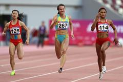 Salwa Naser (r) en route to the Asian 200m title (AFP/Getty Images)
