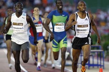 South Africa's Mbulaeni Mulaudzi holds off Ugandan Abraham Chepkirwok in Madrid (Juan Aguado)