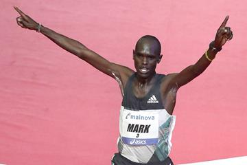 Mark Korir winning the Frankfurt Marathon (Victah Sailer / organisers)