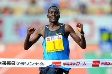Paul Tergat wins 2009 Lake Biwa Marathon (Kazutaka Eguchi/Agence SHOT)