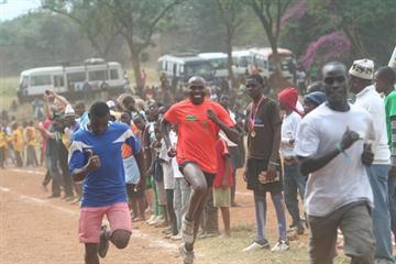 Outkicked! Wilson Kipketer in an 800m funrun in Moshi, Tanzania (Daniel Wahome)