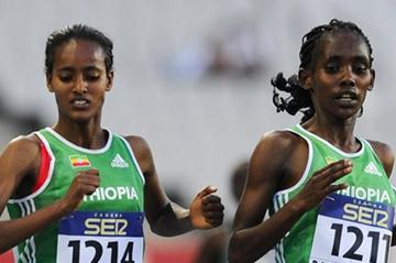 Buze Diriba (L) of Ethiopia wins the Women's 5000 metres Final, Ruti Aga of Ethiopia (R) is second on day two of the 14th IAAF World Junior Championships in Barcelona on 11 July 2012 (Getty Images)