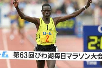 Mubarak Shami winning the Lake Biwa Marathon (Victah Sailer)