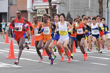 Edward Waweru (left) leads the Marugame Half Marathon (Masamichi Makino/Getsuriku)