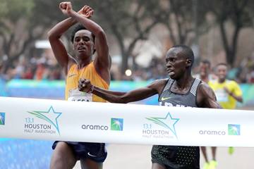 Leonard Korir (right) beats Feyisa Lilesa to win the Houston Half Marathon (Victah Sailer / organisers)
