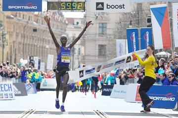 Daniel Wanjiru winning at the 2015 Prague Half Marathon (Organisers)