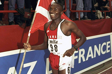 Wilson Kipketer after setting the 800m world indoor record at the 1997 IAAF World Indoor Championships (Getty Images)