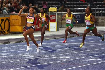 Allyson Felix crosses the line to become the only women to defend the IAAF World Championship 200m title twice (Getty Images)