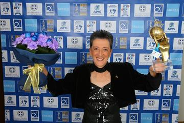Rosa Mota with her AIMS Lifetime Achievement Award (Francis Kay/Marathon-Photos.com)
