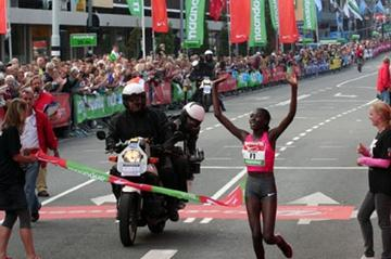 Linet Masai wins the 2009 Dam tot Dam 10 Miles (Tom Metiary)
