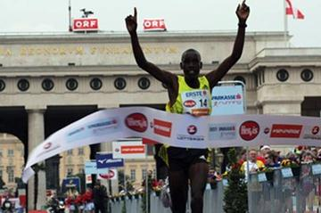 Henry Sugut takes the Vienna City Marathon victory in 2010 (VCM / Niki Wagner)