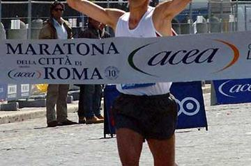 Ruggero Pertile (Italy) wins the 2004 Rome Marathon 2:10:13 (Lorenzo Sampaolo)