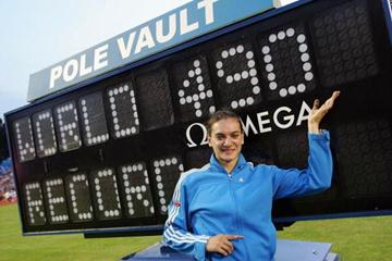 Yelena Isinbayeva celebrates clearing 4.90 in London (Getty Images)