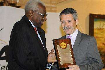 IAAF Dinner, Punta Umbria - José Francisco Pérez Moreno, Andalucian Regional Government Representative receives an IAAF Plaque from IAAF President Lamine Diack (l) (Getty Images)