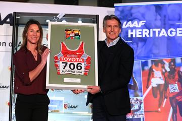 Stacy Dragila presents IAAF President Sebastian Coe with Maria Mutola's kit from the 2004 World Indoor Championships (Getty Images)