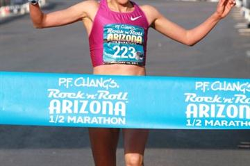 Madai Perez cruises to the 2011 Phoenix Half Marathon title (Lisa Coniglio)