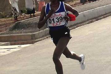 Tirunesh Dibaba running in the national ekiden relay in Awassa carries the red Tasuki on her arm (Elshadai Negash)