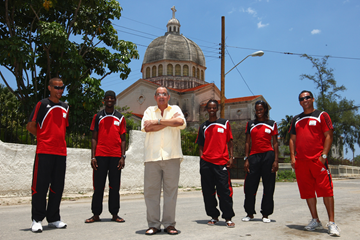 Jesus Molina Hernandez (centre) with athletes and coaches from the NACAC region (Getty Images)