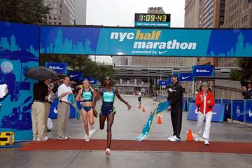 Catherine Ndereba of Kenya holds off Australian Benita Johnson in New York (NYRRC)