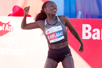 Florence Kiplagat celebrates her victory at the 2016 Chicago Marathon (Getty Images)