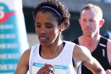 Makda Harun en route to a course record at the Sydney Marathon (Victah Sailer (organisers))