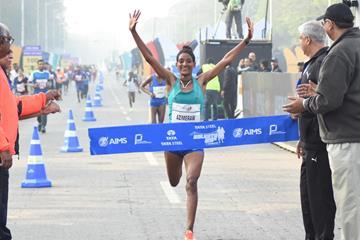 Ethiopia's Degitu Azmeraw winning the Tata Steel Kolkata 25K 2017 (Procamm International)
