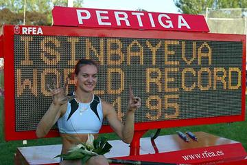 Yelena Isinbayeva with her 4.95 World record scoreboard in Madrid (Beatriz Guzman Pedraza)