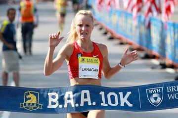 Shalane Flanagan en route to a 30:52 area 10k record in Boston (Victah Sailer)