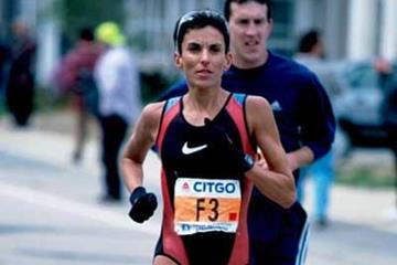 Elana Meyer running in the 2000 Boston Marathon (Victah Sailer)