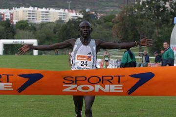 Ronald Rutto winning the 2005 Oeiras Cross (Marcelino Almeida)
