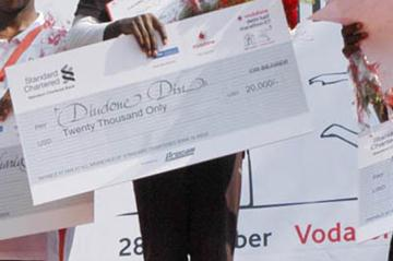 All smiles - Dieudonne Disi with the winner's check at the New Delhi Half Marathon (VDHM Organisers)