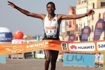 Tesfaye Anbesa Lencho wins the Venice Marathon (Giancarlo Colombo)