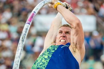 Piotr Lisek tops 6.01m in the pole vault at the IAAF Diamond League meeting in Lausanne (Giancarlo Colombo)