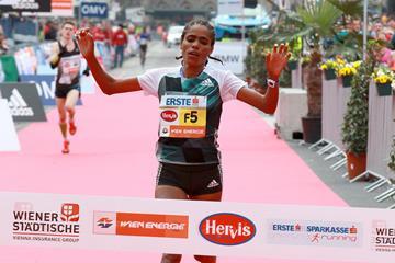 Shuko Genemo winning the 2016 Vienna City Marathon (Organisers / Victah Sailer)