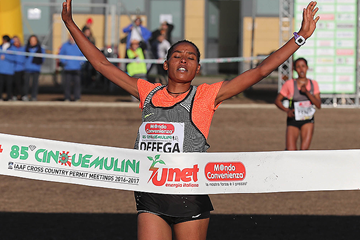 Beyenu Degefa wins the women's race at the Cinque Mulini (Giancarlo Colombo)