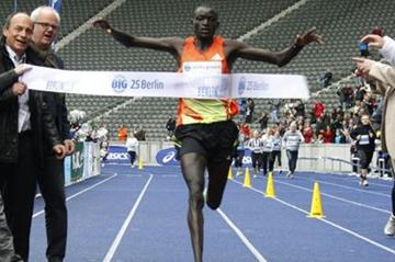 Dennis Kimetto breaks the 25km World record in Berlin, clocking 1:11:18 (organisers)