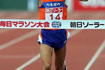 Satoshi Irifune wins the 2005 Beppu-Oita Marathon (Kazutaka Eguchi)